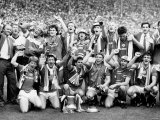 1985 FA Cup Final Everton V Manchester United at Wembley Manchester United Show Off Their Trophy Lámina fotográfica