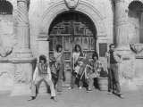 Rolling Stones Stand Outside the Gate of the Alamo While on Tour in the USA Fotografisk tryk
