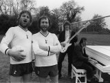Chas and Dave Help Tottenham Hotspur Record Song by Glenn Hoddle, Ray Clemence Playing Guitar Piano Fotografie-Druck