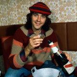 David Essex with Bottle of Champagne September 1975 Fotografisk tryk