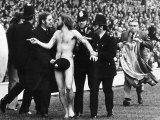 Streaker Male Nude Naked Man on Pitch at Twickenham Police Cover Him Up with Hat Fotoprint