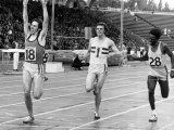 Steve Ovett Wins the 800M Fimnal at Crystal Palace Athletics Crossingb the Finishing Line Running Fotografie-Druck