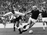 Bobby Moore of West Ham is Tripped by Tottenham Hotspur Forward Jimmy Greaves Fotografie-Druck