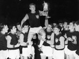 West Ham Captain Bobby Moore is Carried on His Teammates Shoulders After Winning the European Cup Fotografie-Druck