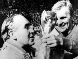 Football World Cup Final, Captain Bobby Moore and Team Manager Alf Ramsey with the Trophy Fotografie-Druck