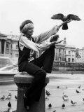 Susannah York Feeding the Pigeons at Trafalgar Square Fotografisk trykk