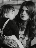Black Sabbath Lead Singer Ozzy Osbourne Holding a Child Fotografisk tryk