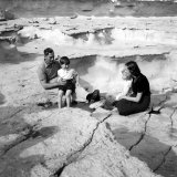 Prince Charles and Princess Anne with Their Uncle Lord Mountbatten on the Island of Malta Fotografisk tryk