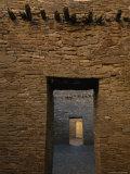 Doorway and Walls Inside Pueblo Bonito Fotografie-Druck von Bill Hatcher