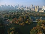 Central Park's Bethesda Fountain and the Manhattan Skyline Impressão fotográfica por Melissa Farlow