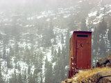 Outhouse Perches on a Hillside Opspændt lærredstryk af Rex Stucky