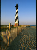 Cape Hatteras Lighthouse with Surrounding Sand Fence 写真プリント : スティーブ・ウィンター