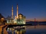 Ortakoy Mosque Looking Towards the Bosphorus Bridge, Seen in the Evening Fotografisk tryk af Izzet Keribar