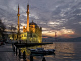 Ortakoy Mosque Looking Towards the Bosphorus Bridge, under a Cloudy Sky Fotografisk tryk af Izzet Keribar