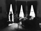 President John F. Kennedy and Attorney Gen. Robert F. Kennedy in the Oval Office at the White House Fotografisk trykk av Art Rickerby