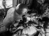 Cpl. James Farley and Pfc. Wayne Hoilien Bandaging Sgt. Billie Owens' Shoulder, Yankee Papa 13 Reproduction photographique par Larry Burrows
