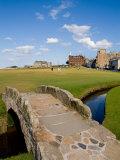 Golfing the Swilcan Bridge on the 18th Hole, St Andrews Golf Course, Scotland 写真プリント : ビル・バッハマン