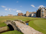 Golfing the Swilcan Bridge on the 18th Hole, St Andrews Golf Course, Scotland Reproduction photographique par Bill Bachmann
