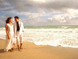 Hispanic Couple Walking Together on the Beach Fotografie-Druck von Bill Bachmann