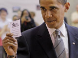 Democratic Candidate for President, Barack Obama Holding Up Voting Receipt, Chicago, Nov 4, 2008 Impressão fotográfica