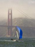 International 14 Skiff Sails under the Golden Gate Bridge, San Francisco Bay, California Reproduction photographique par Skip Brown