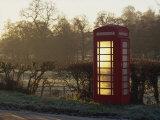 Red Telephone Box on a Frosty Morning, Snelston, Hartington, Derbyshire, England, UK Reproduction photographique par Pearl Bucknall