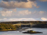 Menai Suspension Bridge Built by Thomas Telford in 1826, Anglesey, North Wales, UK Reproduction photographique par Pearl Bucknall