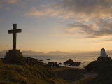 Stone Cross and Old Lighthouse, Llanddwyn Island National Nature Reserve, Anglesey, North Wales Reproduction photographique par Pearl Bucknall