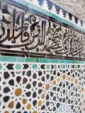 Arabic Calligraphy and Zellij Tilework, Bou Inania Medersa, Medina, Fez, Morocco Impressão fotográfica por Martin Child