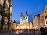Astronomical Clock, Old Town Square and the Church of Our Lady before Tyn, Prague, Czech Republic Impressão fotográfica por Martin Child