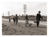 Homeless Migrant Family of Seven, Walking the Highway from Phoenix, Arizona, 1939 Foto af Dorothea Lange
