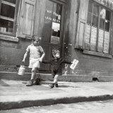 Rue Marcellin Berthelot, Choisy-Le-Roi, ca. 1945 Posters av Robert Doisneau