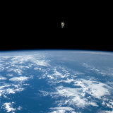 An astronaut propelled above the earth with a nitrogen jet backpack Fotografisk tryk