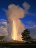 Wyoming, Yellowstone National Park, Old Faithful, Steam and Water Erupting from Thermal Pool Fotografisk trykk