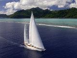"Sy ""Adele"", 180 Foot Hoek Design, Underway Close to the Reef Off Huahine Island, French Polynesia Valokuvavedos tekijänä Rick Tomlinson"