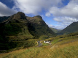 House in Glencoe Pass, Site of the Massacre of Glencoe, Highland Region, Scotland, UK Reproduction photographique par Patrick Dieudonne