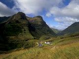 House in Glencoe Pass, Site of the Massacre of Glencoe, Highland Region, Scotland, UK Fotografisk trykk av Patrick Dieudonne
