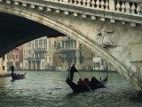 Gondola under the Rialto Bridge on the Grand Canal in Venice, Veneto, Italy Reproduction photographique par Rainford Roy