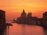 Grand Canal and Santa Maria Della Salute, Venice, UNESCO World Heritage Site, Veneto, Italy, Europe Reproduction photographique par Rainford Roy