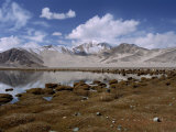 High Mountain Lake and Mountain Peaks, Beside the Karakoram Highway, China Reproduction photographique par Alison Wright