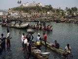Fishermen Bringing Catch Ashore, Elmina, Ghana, West Africa, Africa Fotografisk tryk af Poole David