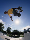 Skateboarder in Action on the Vert Reproduction photographique