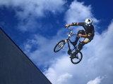 Bmx Cyclist Flys over the Vert Lámina fotográfica prémium