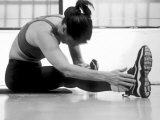 Women Stretching During Exercise Session, New York, New York, USA Fotografie-Druck von Paul Sutton
