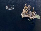 Oil Rig and Safety Boat in the North Atlantic Ocean Fotografisk trykk av  xPacifica