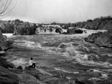 Man Watches as the Potomac River Rushes by Him Reproduction photographique par Edwin L. Wisherd