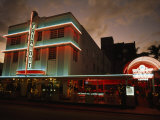 Hotel at Night in Historic Art Deco District in Miami, Florida Fotografisk tryk af Paul Chesley
