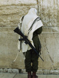 Israeli Soldier with Rifle Praying at the Wailing Wall Fotografisk tryk af Paul Chesley