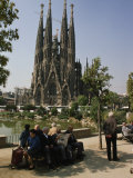 People Relaxing in View of the La Sagrada Familia Church, by Gaudi Fotografisk tryk af Paul Chesley