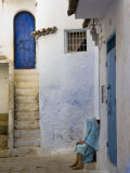 Street Scene in the Famous Blue Town of Chefchaouen Reproduction photographique par Annie Griffiths Belt